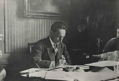 Pierre Vincent Piobb à son bureau